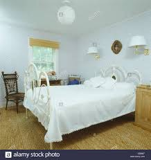 Schmiedeeisen Bett Mit Weißen Bettdecke In Neunziger Jahre Weiße