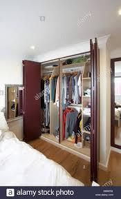 Ein Offener Kleiderschrank Mit Falttüren In Einem Schlafzimmer In