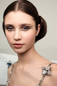 2016 haute couture show love the dramatic eye makeup so simple yet so intriguing check out the images and info to achieve the look