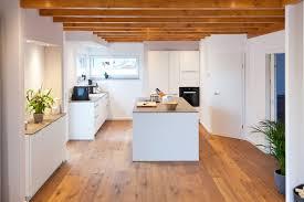 Weiße Küche modern in Szene gesetzt im Landhausstil mit Keramik