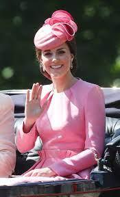 Kate Middleton impacta con un look en color rosa