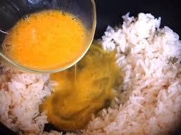 Trộn trứng với cơm