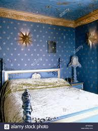 Blaues Schlafzimmer Mit Stern Motiv Tapeten Und Lackiert Bett Mit
