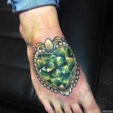 зеленый бриллиант сердце тату на ступне у девушки добавлено