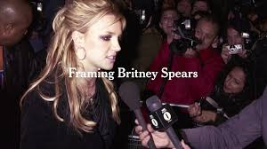 In the picture, britney is smiling. E U Ocnonvztm
