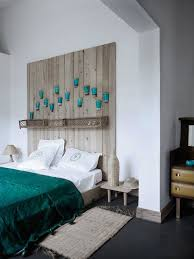 Wooden headboard with pots. A perfect headboard when you like the feel of  the country ...