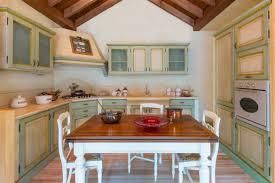 Cucine artigianali su misura in legno massello. cucina classica