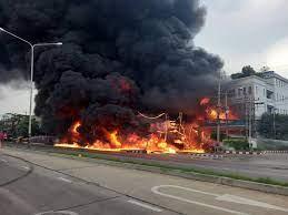 เพลิงไหม้โรงเก็บน้ำมันถนนเพชรเกษมห่างตลาดอ้อมใหญ่ 1 กม. จนท.เร่งดับไฟ