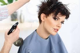 茶色の髪美容師がヘアサロンで髪型をしています散髪 の写真素材