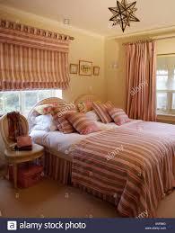 Passende Braun Rot Und Creme Gestreiften Vorhänge Und Bettwäsche Im