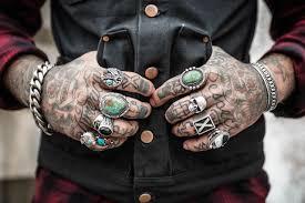 Riskantní Ozdoba Mladý Muž S Tetováním Podlehl Infekci Mořskou