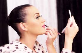 katy perry without her weave applying slap to her face