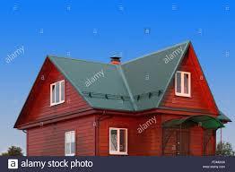 Holzhaus Unter Grünen Metalldach Mit Weißen Kunststoff Fenster Foto