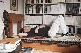 en la cama con michael bargo es uno de los muebles de madera que desarrolla con green river project en primer plano plato de cerámica de jordan mcdonald