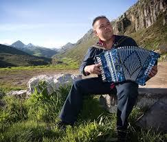 Resultado de imagen para Imagen del músico tocando acordeón