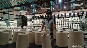 Kain drill adalah kain yang dipintal dengan tekstur miring atau diagonal dan memiliki jalinan benang yang kuat. Sibuknya Pabrik Masker Di Surabaya Imbas Virus Corona
