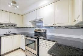 und luxuriöse weiße Küche mit Geräten aus rostfreiem Stahl und