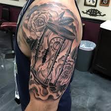 крутая татуировка песочных часов с розами на бицепсе мужчины фото