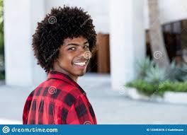 Homme Riant De Hippie Dafro Américain Avec La Coiffure Afro