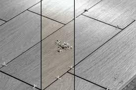 Diese varianten erleichtern nicht nur die verlegung, sie sind auch ein mittel, um den fußboden interessanter zu gestalten. Bodenfliesen Verlegen Fur Anfanger Anleitung Videos Und Tipps