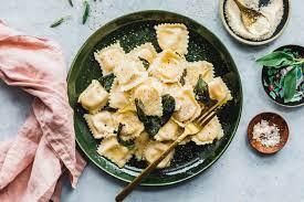 Vegane Ravioli mit Kürbisfüllung & Salbeibutter · Eat this! Food Blog
