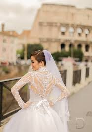 an art deco inspired dress by veluz 100 times yes please see this amazing rome wedding here photo pat dy