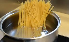 спагетти лингвини в кастрюле