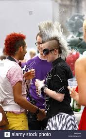 Une Femme Avec Une Coiffure Punk Rock à Trafalgar Square