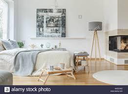 Grau Lampe Neben Einem Kamin In Hellen Schlafzimmer Innenraum Mit