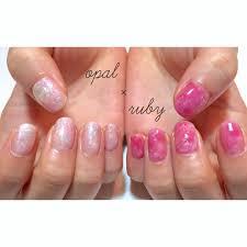 右手opal 左手ruby 片手ずつ違う色の天然石ネイルも雰囲気出て
