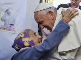 Resultado de imagem para papa abraçando doente