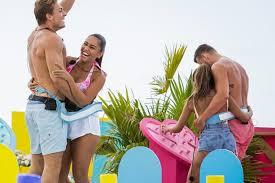 Latest news on love island 2021 contestants and new host laura whitmore plus more on the love island villa and series 7 lineup. Love Island 2020 Wenn Zwei Sich Streiten Nimmt Man Halt Die Dritte Glamour