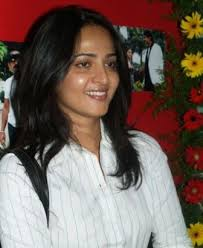 here we can see hka wearing a plain white kurta as she smiles at the crowd her face looks so light relaxed shiny and clean without makeup