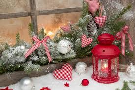 Stockfoto 12078363 Red Rustikale Weihnachtsdekoration Auf Fensterbank Mit Roten