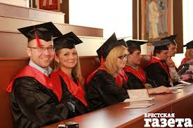 В Беларуси зарождается традиция надевать мантию на церемонию  При посвящении в студенты вручении дипломов и прочих общеуниверситетских событиях во всех ведущих университетах мира обязательно одевание мантий