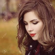 秋女性予測に基づく化粧と巻き毛の髪型アウトドア の写真素材画像素材