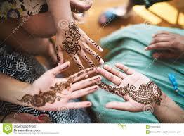 индийские женщины показывая руку с искусством Mehndi татуировки хны