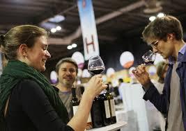 les cartons sur le chariot le vin dans les verres le bouchon sur la bouteille c est reparti pour une tournée au salon des vignerons indépendants