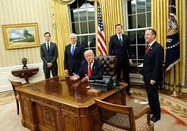 White house oval office desk Desk Behind Donald Trump Presses Red Button On His Desk And Butler Brings Him Coke The Independent Donald Trump Presses Red Button On His Desk And Butler Brings