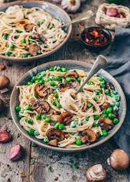 vegan carbonara with coconut bacon