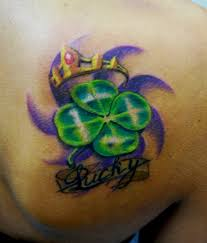 татуировка на лопатке у девушки клевер корона и надпись фото