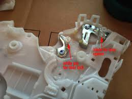 fixed door lock actuator in gen ii prius priuschat here s is where the white pin and the door latch blade need to go when you close it up again