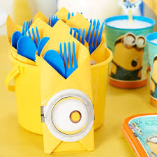 A simple napkin wrap with #Minion flair makes for an easy #DIY #party