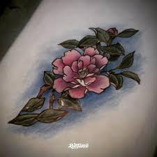 фото татуировки цветок в стиле надписи татуировки на лопатке