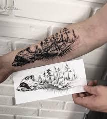 тату черно белая енот графика лес на руке тату графика лес на