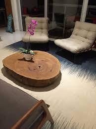 Uma mesa de centro rústica que não apenas dará um toque de personalidade à sua casa, mas também agregará um espaço de armazenamento extra. Mesa De Centro De Madeira Macica Arboreal