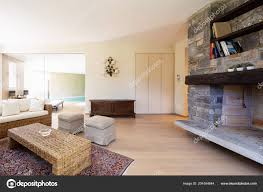Moderne Woonkamer Met Rieten Meubels Een Design Villa Niemand Binnen