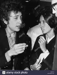 Bob Dylan American Folk Singer arrivando all'aeroporto di Heathrow con la  sua fidanzata Joan Baez American Folk cantante famoso per canzoni di  protesta contro la guerra del Vietnam Foto stock - Alamy