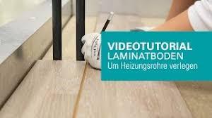 Die fußbodenheizung im noppenplattensystem wird in nassbauweise verlegt. Wineo Laminatboden Um Heizungsrohre Verlegen Youtube