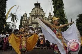 Biasanya memiliki grup pengiring atau pemain yang melantunkan alat musik. Tari Merak Tampil Memukau Di Norwegia Antara News Sumatera Selatan